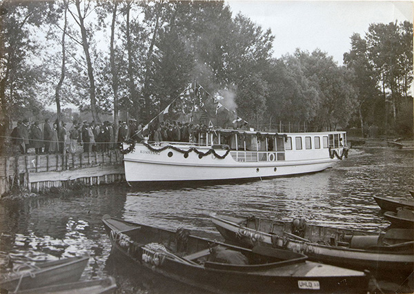 In 1925 the Bodan shipyard delivered the motor ship Konstanz. It had originally been ordered for the motorboat service of the city of Constance, but was then transferred to the steam boat company Untersee and Rhine. The ship is also noted on the books of the Regensburg branch of the Hitzler shipyard as model no. 13 - with the annotations: Orderer Bodan shipyard, dismantled, loaded, assembled at Lake Constance. Obviously, Bodan shipyard acted as a contractual partner, but in its early days it worked closely together with Hitzler shipyard as a subcontractor. Essential parts not only of this ship were thus prefabricated in Regensburg. Kübler Collection, Stuttgart.