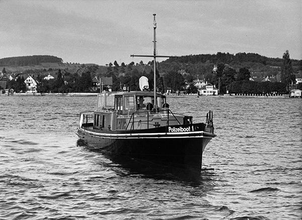 """Das """"Polizeiboot 1"""" wurde für die Wasserstraßendirektion Koblenz erbaut. Über die Jahrzehnte kaum verändert und noch mit seinem originalen Motor ausgestattet, wird es heute als klassisches privates Ausflugsboot in Österreich genutzt. Sammlung Kübler, Stuttgart (Historisches Foto), Sammlung Klein, Wien (neuere Fotos)."""