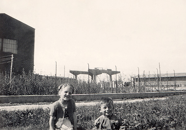 Photograph from the war years. The crane has already been erected, but strangely enough there is still nothing visible to the left of the repair hall. Instead of the goods shed there is an unknown two-storey barrack on the right-hand side of the picture. Community archive Kressbronn a. B., unlisted.