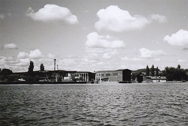 This photo shows that construction of Hall 3 began during the war , but was only partially completed. On this picture the overhead crane has already been dismantled, so the photo can be dated to a summer between 1948 and 1951. Still visible is the camouflage colour from the war years to cover the light concrete surfaces of the crane girders.
