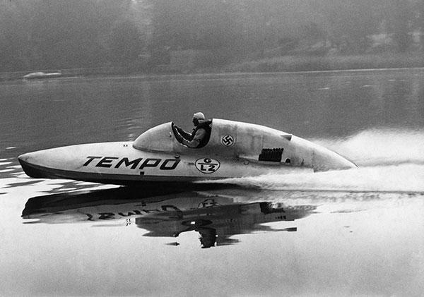 Hans Stuck in his racing boat during a record trip on Lake Scharmützel near Berlin, 1939 Photo: Heinrich Hoffmann - ullstein bild