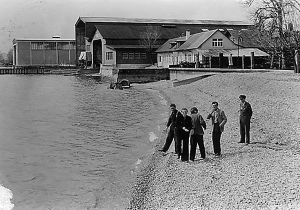 Franz Kutschera (right) and colleagues on the beach of the shipyard. Collection Kutschera, Kressbronn a. B.