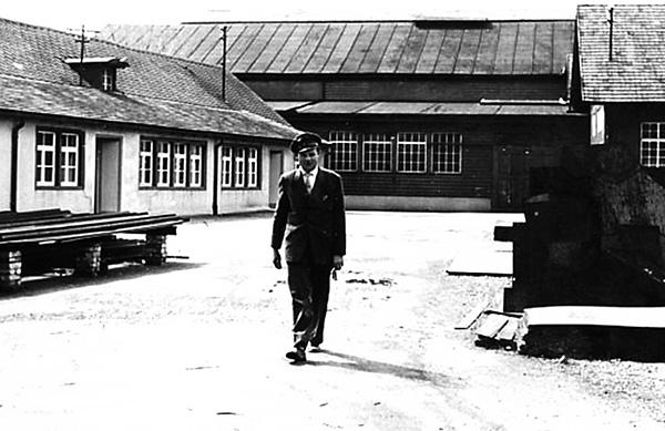 Franz Kutschera, links das Verwaltungsgebäude, rechts befindet sich die Schreinerei, im Hintergrund ist die Montage Süd und die Halle 1 erkennbar. Sammlung Kutschera, Kressbronn a. B.