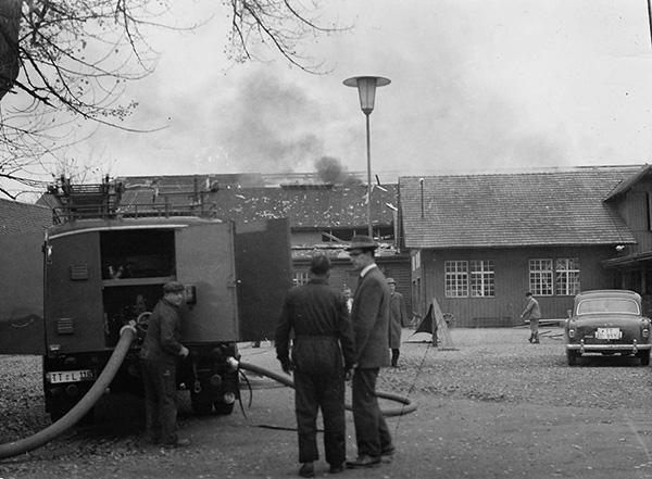 Löscharbeiten nach der Explosion in Halle 2. Foto: Sammlung Dörich, Kressbronn a. B.