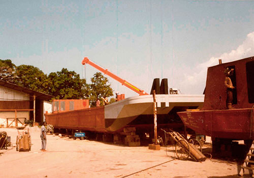 Push boats for the company Danzer for timber transport on the Congo River in the former Zaire. Arnold Collection, Friedrichshafen.
