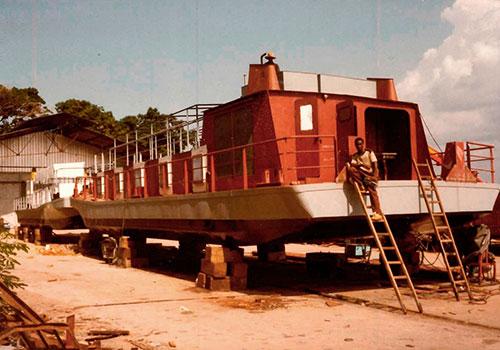Schubboote für die Firma Danzer zum Holztransport auf dem Kongofluß im damaligen Zaire. Sammlung Arnold, Friedrichshafen.