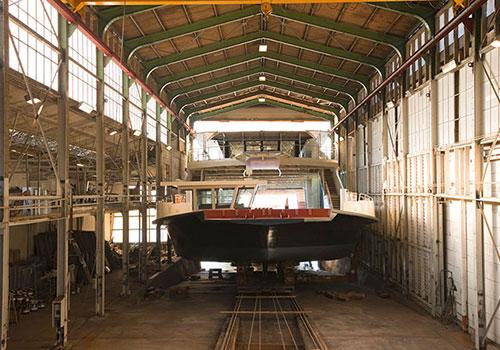 Beim Bau des Autofährschiffes Lodi waren die Platzverhältnisse ebenfalls sehr beengt. Sammlung Trapp, Kressbronn a. B.